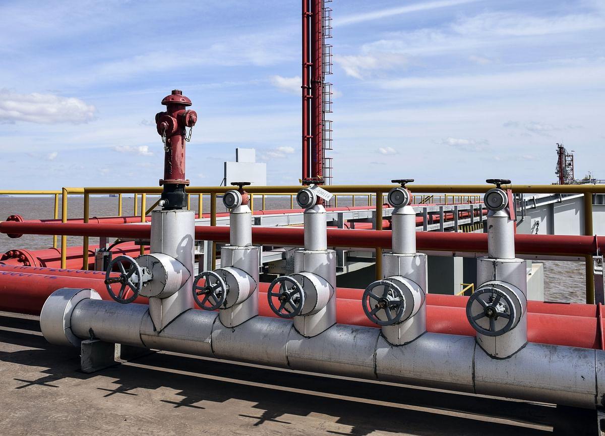 Oil Gives Up Gains as U.S. Supplies Counter Venezuelan Turmoil