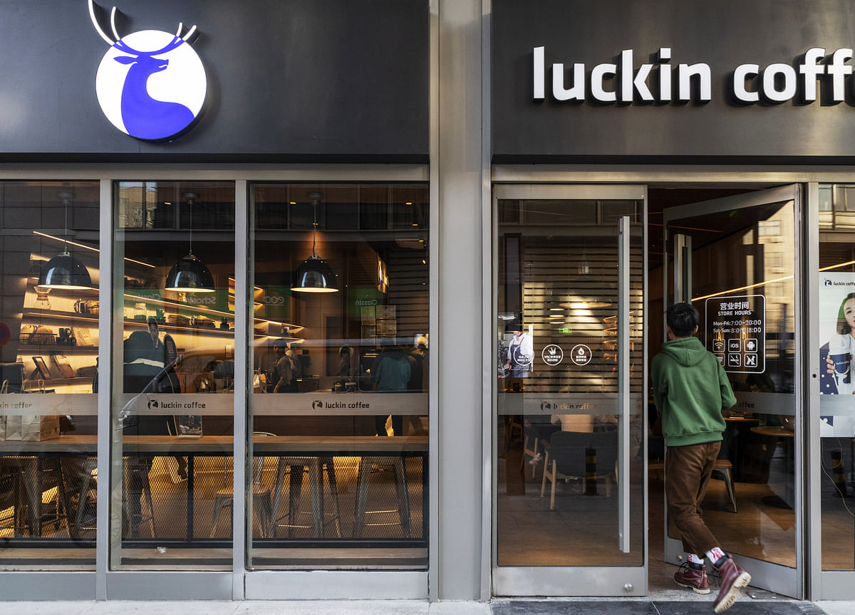 China Starbucks Rival Luckin Jumps After $561 Million IPO