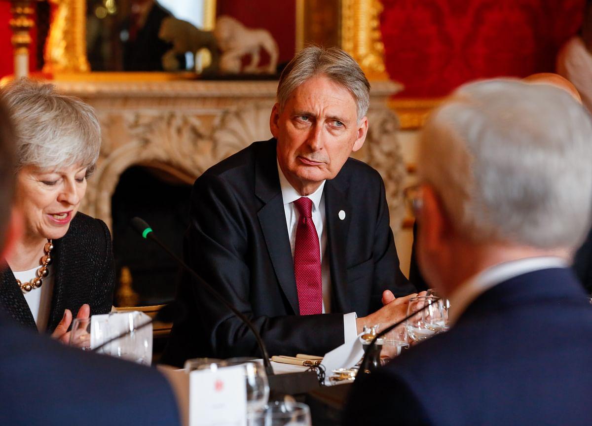 Hammond Warns U.K. Tory Leadership Hopefuls Over No-Deal Brexit