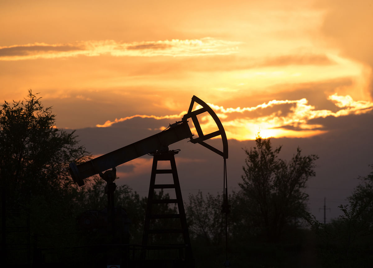 Oil Dips as Trade Standoff Muddies Outlook for Economic Growth