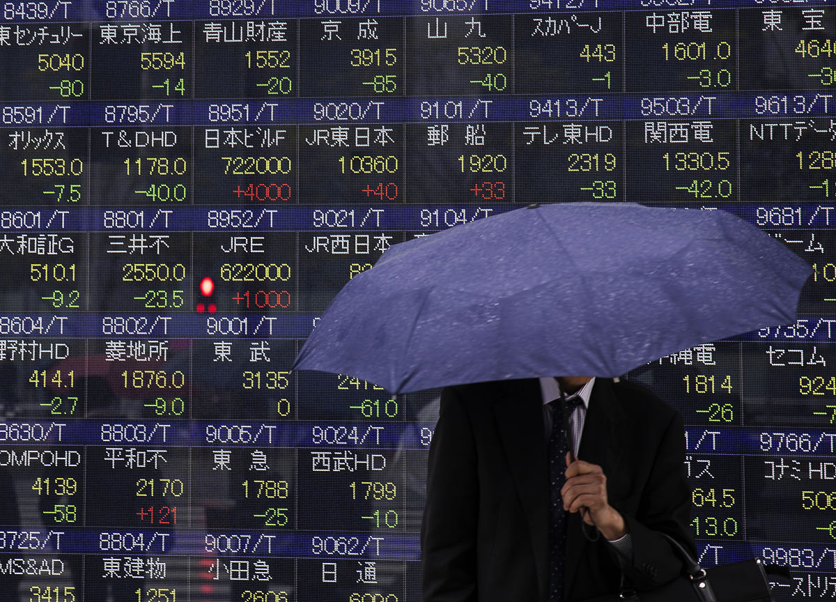 Asia Equities Are on aWobbling Foundation as Earnings Outlook Dims