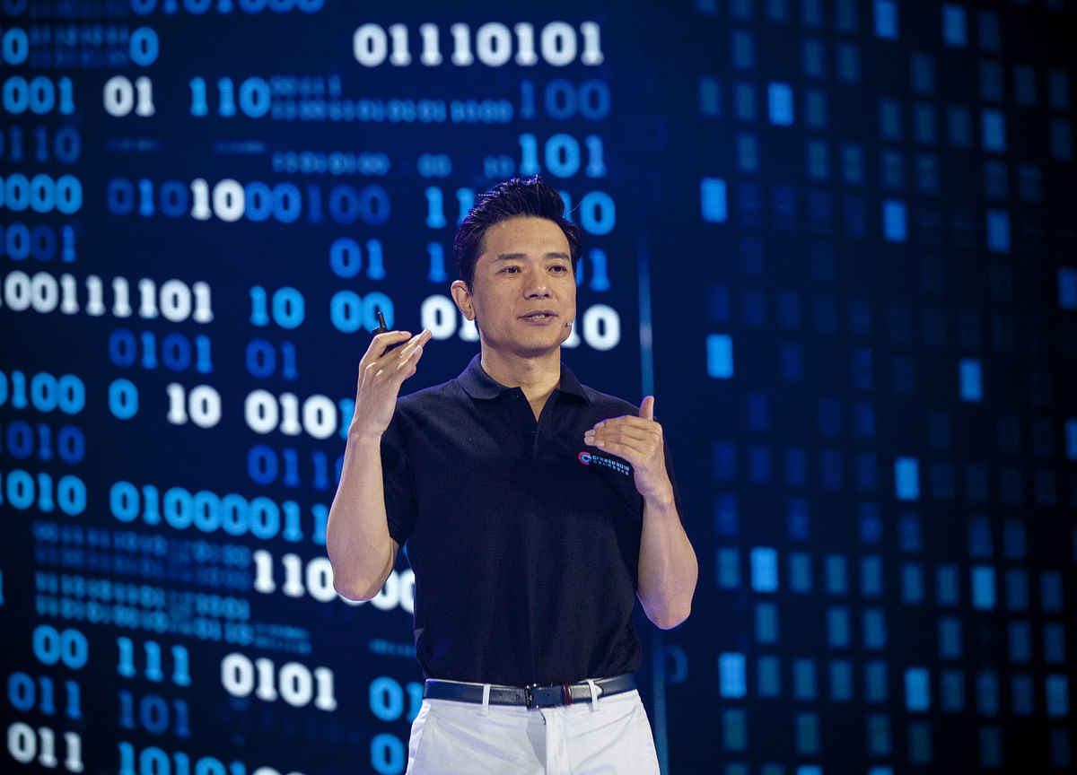 Baidu CEO Soaked by Stage-Invader During Keynote Speech
