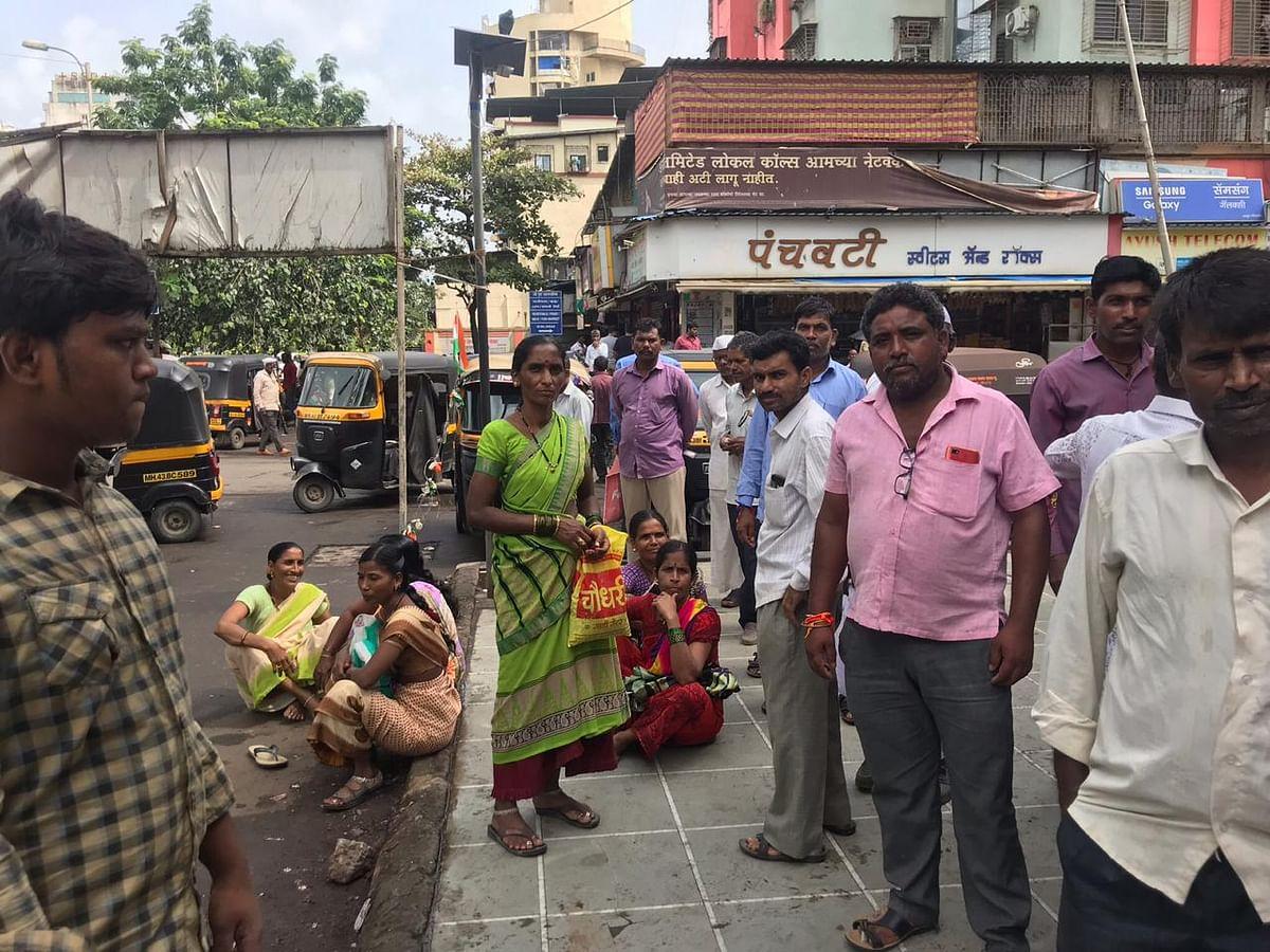 Sharda Sonar (carrying a yellow plastic bag) and other labourers waiting for work work at Kopar Khairane, Navi Mumbai. (Photo: BloombergQuint)