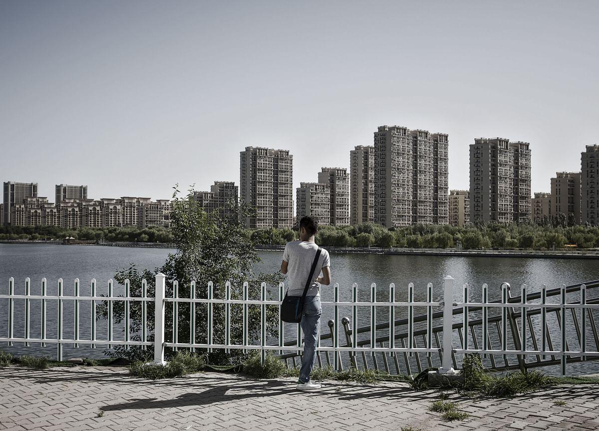 China Smiles and Waits as World Cuts Rates