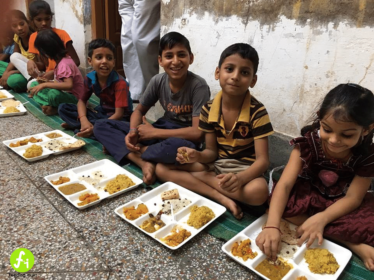 Surplus food from weddings, parties and canteens are distributed among underprivileged children. (Photo: Feeding India)