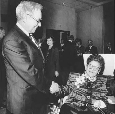 Warren Buffett and Rose Blumkin seal the Nebraska Furniture Mart deal in 1983. (Photo: Nebraska Furniture Mart)