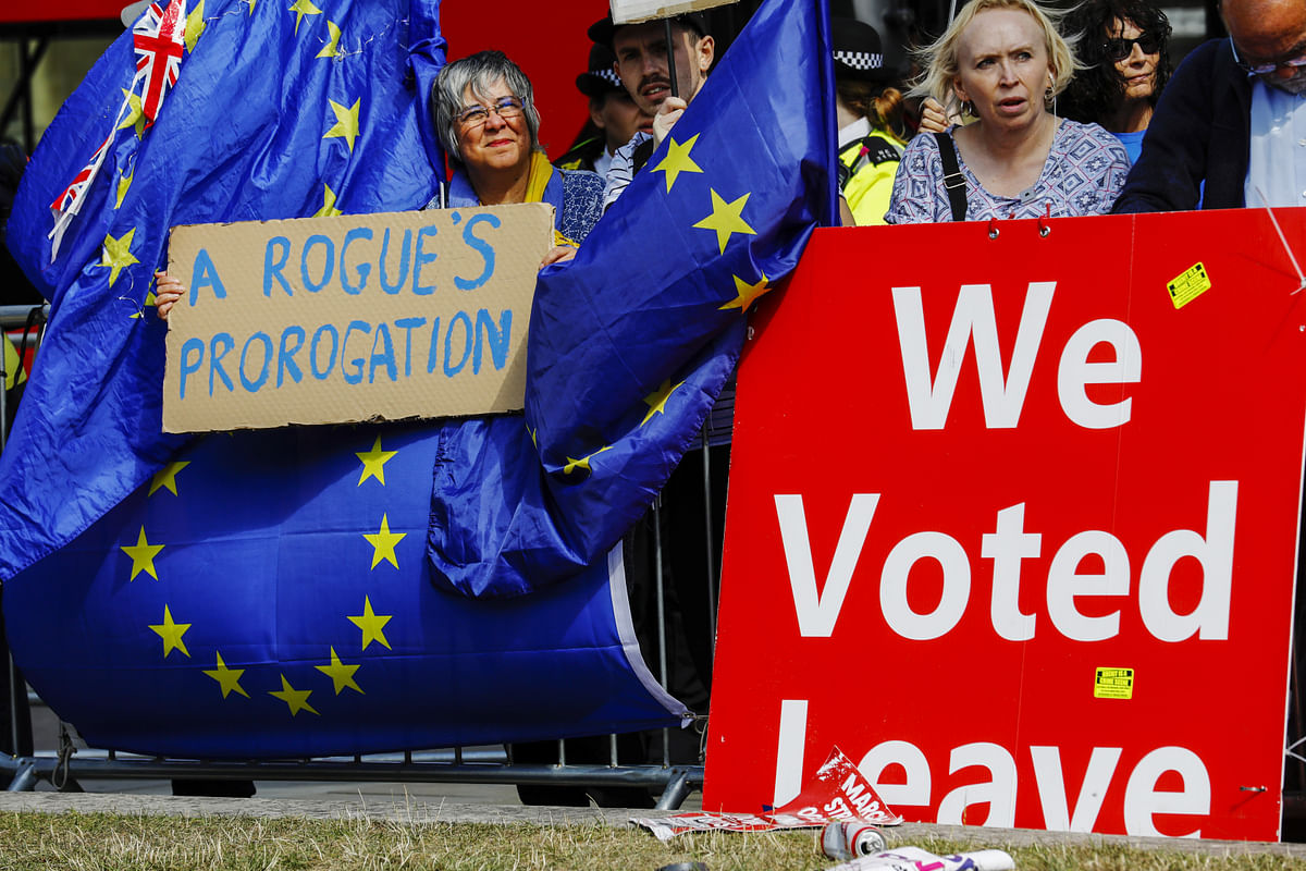 Demonstrators for and against Brexit protest outside  Parliament in London, on Sept. 4, 2019. (Photographer: Luke MacGregor/Bloomberg)