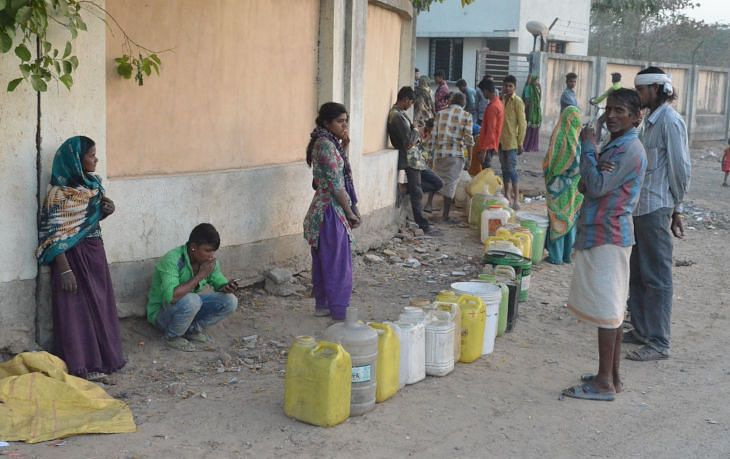 Unable to access municipal water connections in the open, migrant workers rely on arbitrary access, often depending on the benevolence of nearby residents to let them fill enough water for their families. (Source: Jagjit SIngh/IndiaSpend)