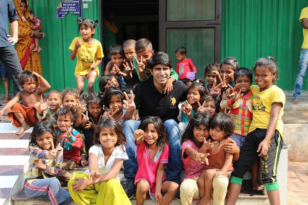 Feeding India Founder Ankit Kawatra with children. (Photograph: Feeding India)