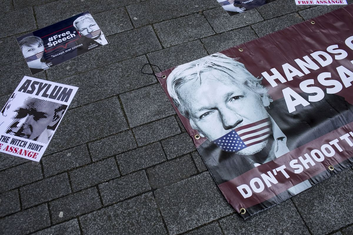 A Mumbling Assange Tells Judge That He 'Can't Think Properly'
