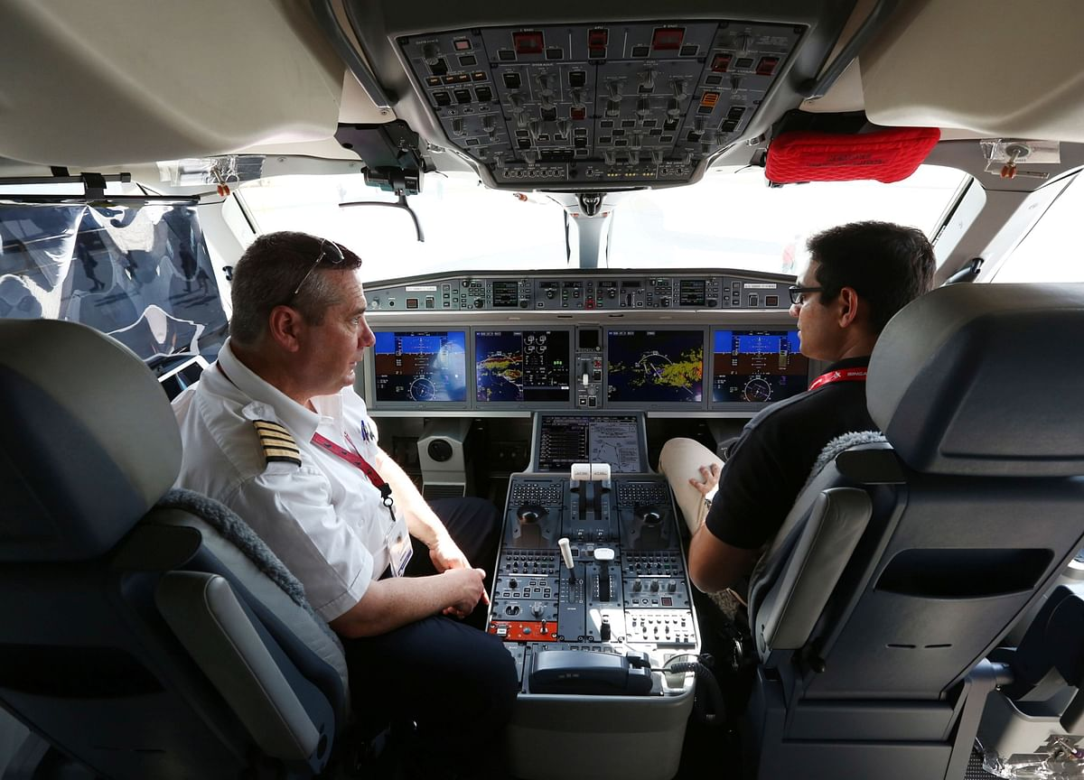 United Air Doles Out Perks to Plug 10-Year Gap of 10,000 Pilots