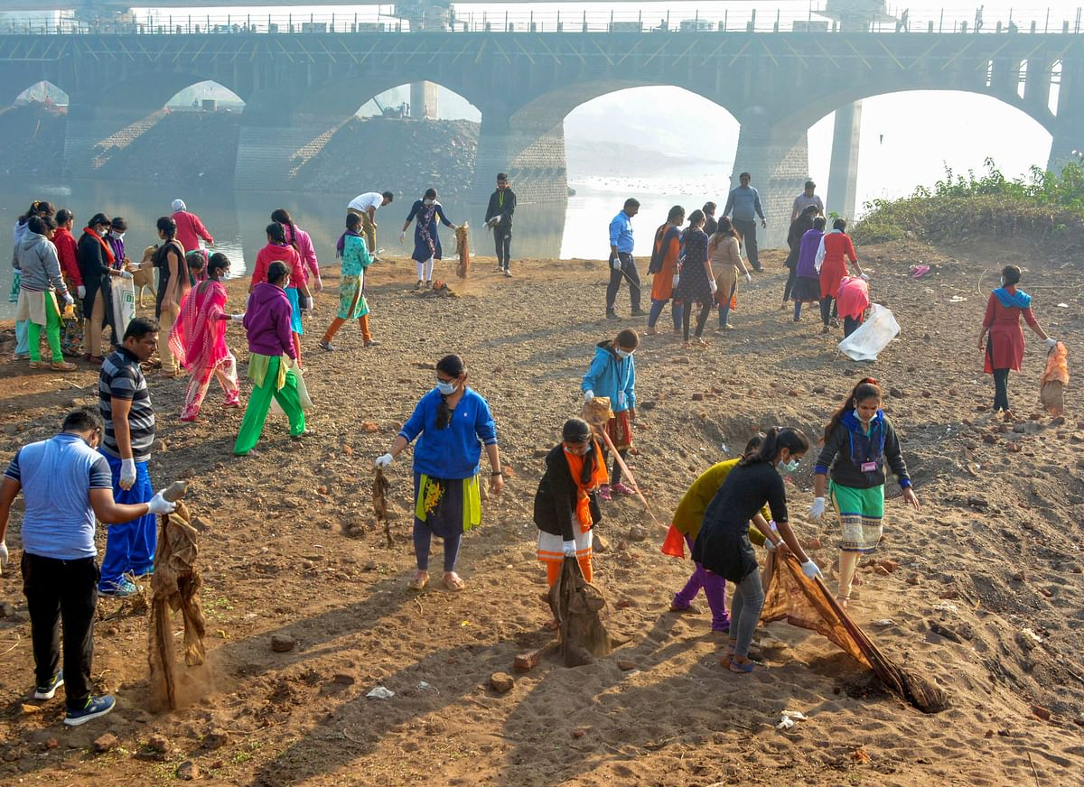 College students participate in a cleanliness drive on the banks of the Krishna river in Karad, Maharashtra, on Feb. 5, 2019. (Photograph: PTI)