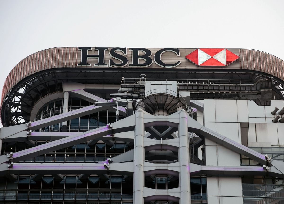 HSBC Sees Staff Shrinking by Thousands on Cuts, French Sale