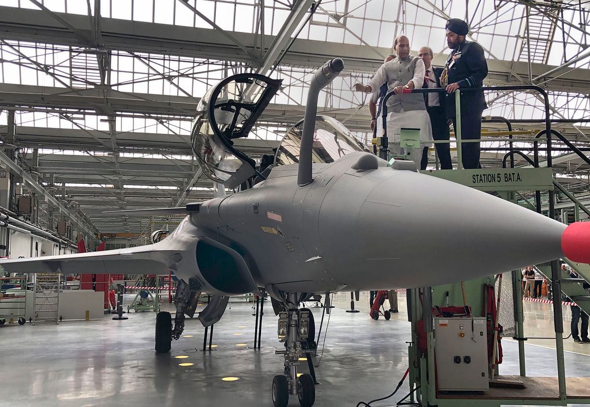 Defence Minister Rajnath Singh inspects a Rafale Jet at its Dassault Aviation assembly line, in Bordeaux, France. (Source: PTI)