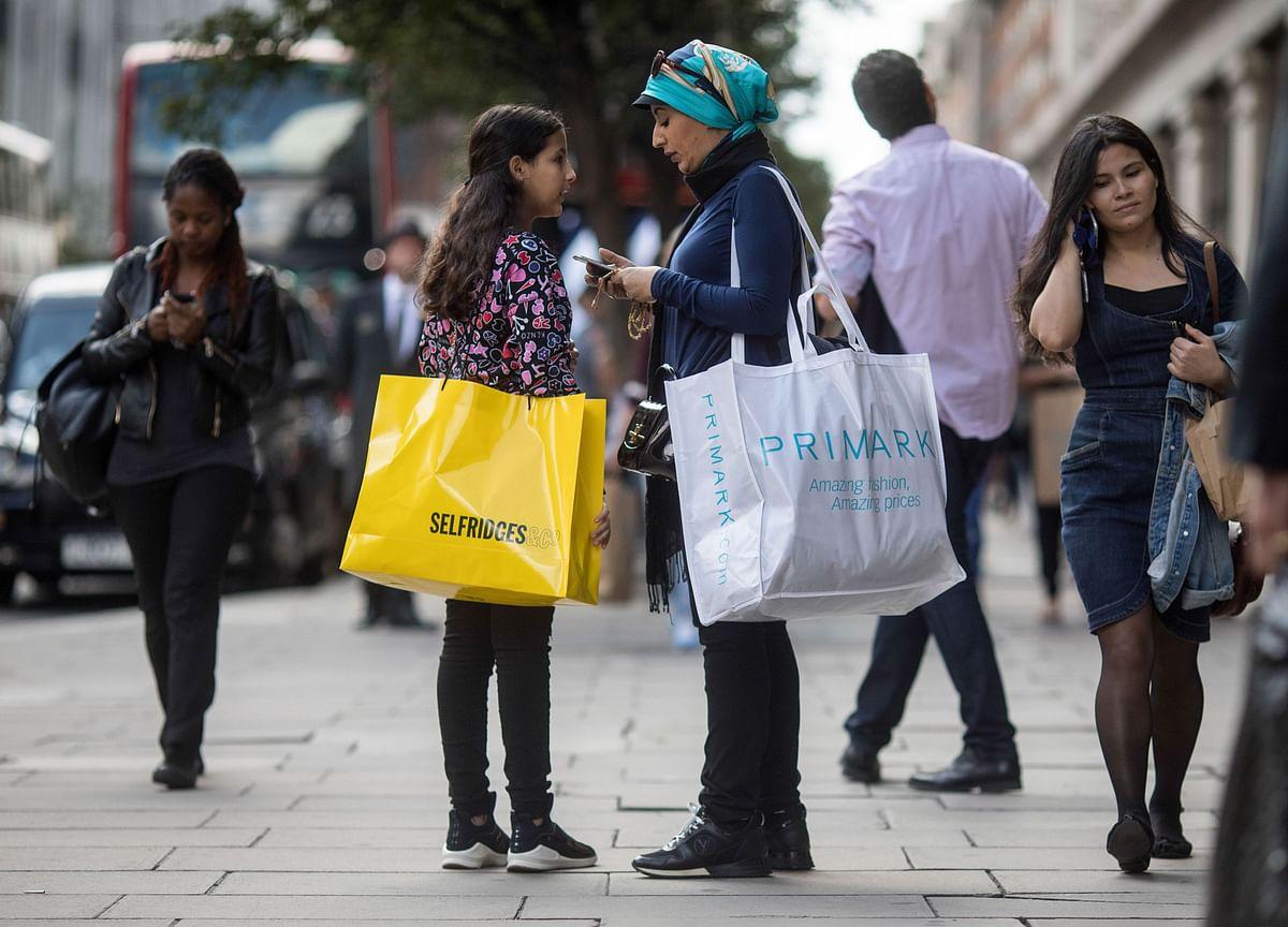 U.K. Shoppers to Shrug Off Retail Blues in Festive Spree: Survey