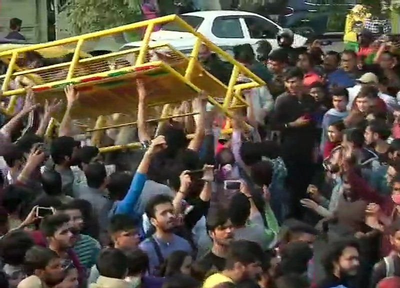 JNU Students Protesting Over Steep Fee Hike Clash With Police; HRD Minister Stuck For Over Six Hours