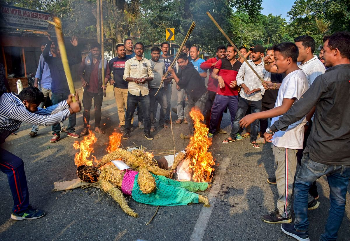 Demonstrators burn an effigy and raise slogans at Boko in Kamrup district of Assam (Source: PTI)