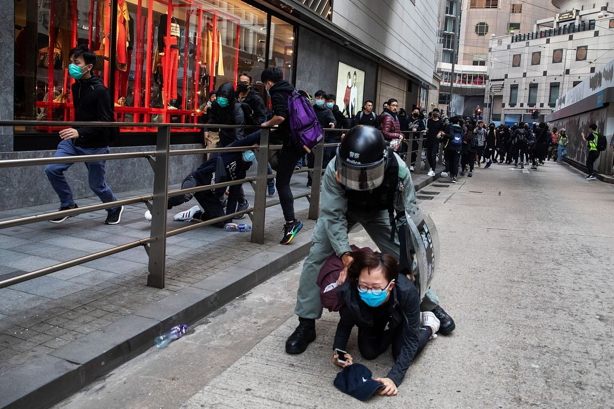 Riot police detain a demonstrator at Des Voeux Road Central during a protest in the Central district of Hong Kong, China on Jan. 19, 2020. (Photographer: Kyle Lam/Bloomberg)