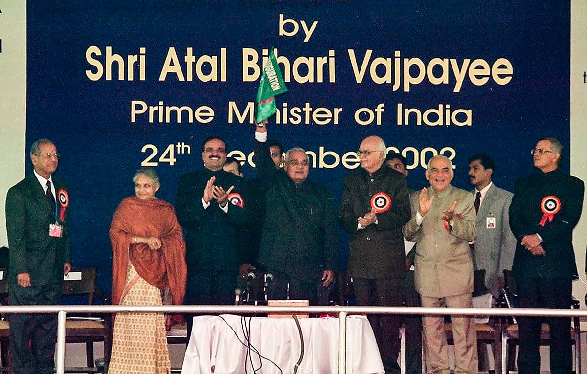 E Sreedharan, Sheila Dikshit, Ananth Kumar, AB Vajpayee, LK Advani, and ML Khurana at the launch of the first line of the Delhi Metro, on Dec 24, 2002. (Photograph: PTI)