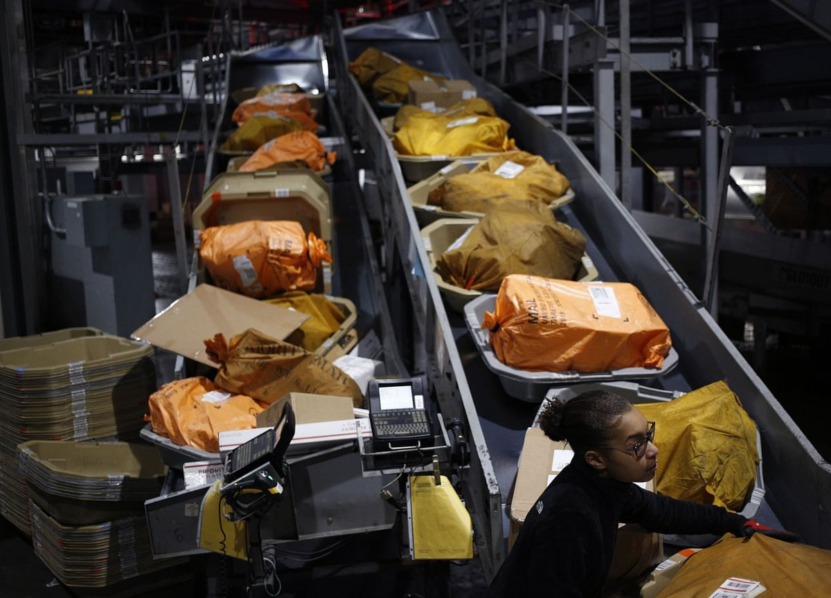 U.S. Mulls Global Parcel Fee Change as Part of Contraband Fight