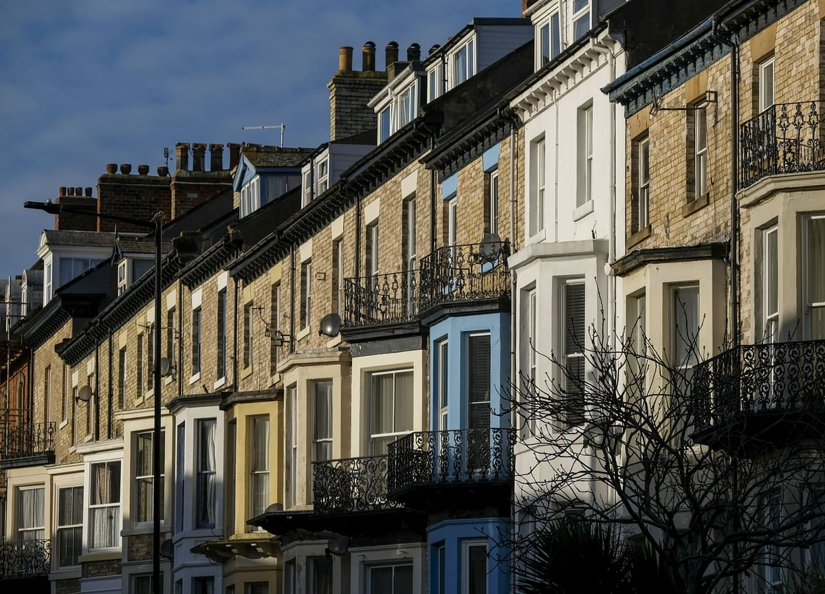 U.K. House Prices Rise 0.4% With Signs of Strengthening Economy