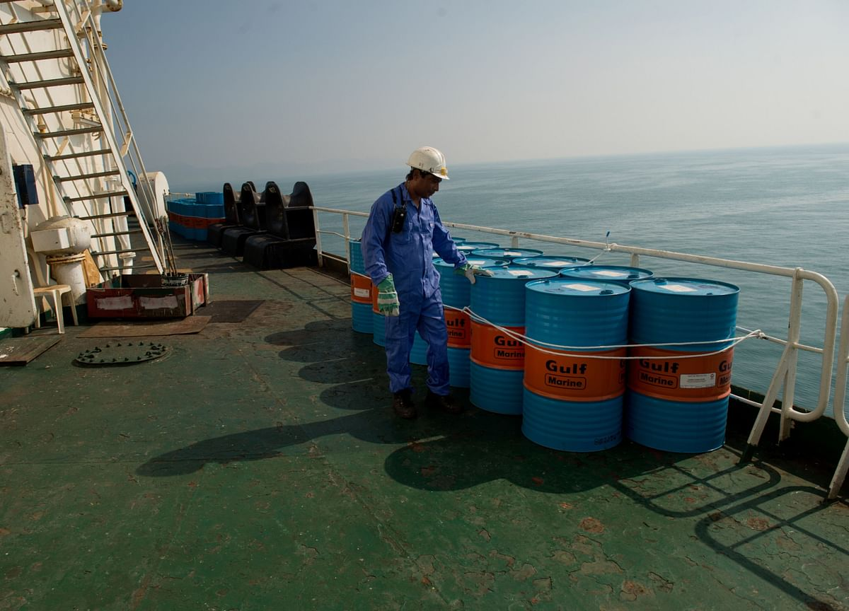 Oil Falls With Stronger Dollar and Oversupply Fears Looming