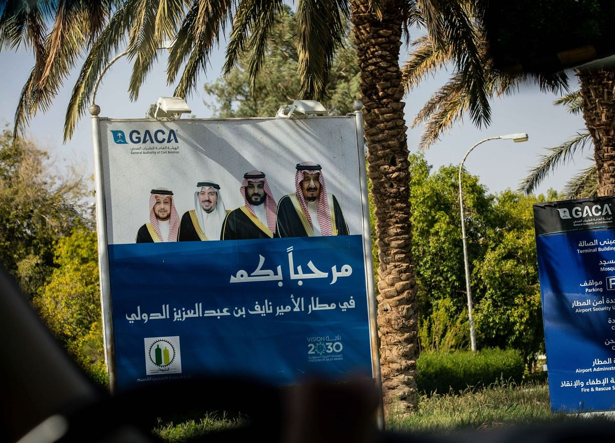 Saudis Detain 298 Government Employees in Corruption Probe