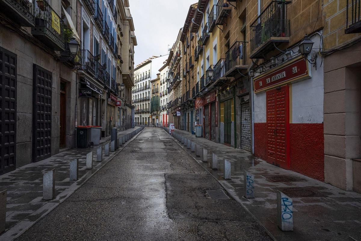 Shuttered bars and tapas restaurants line a deserted street on March 16. (Photographer: Angel Navarrete/Bloomberg)