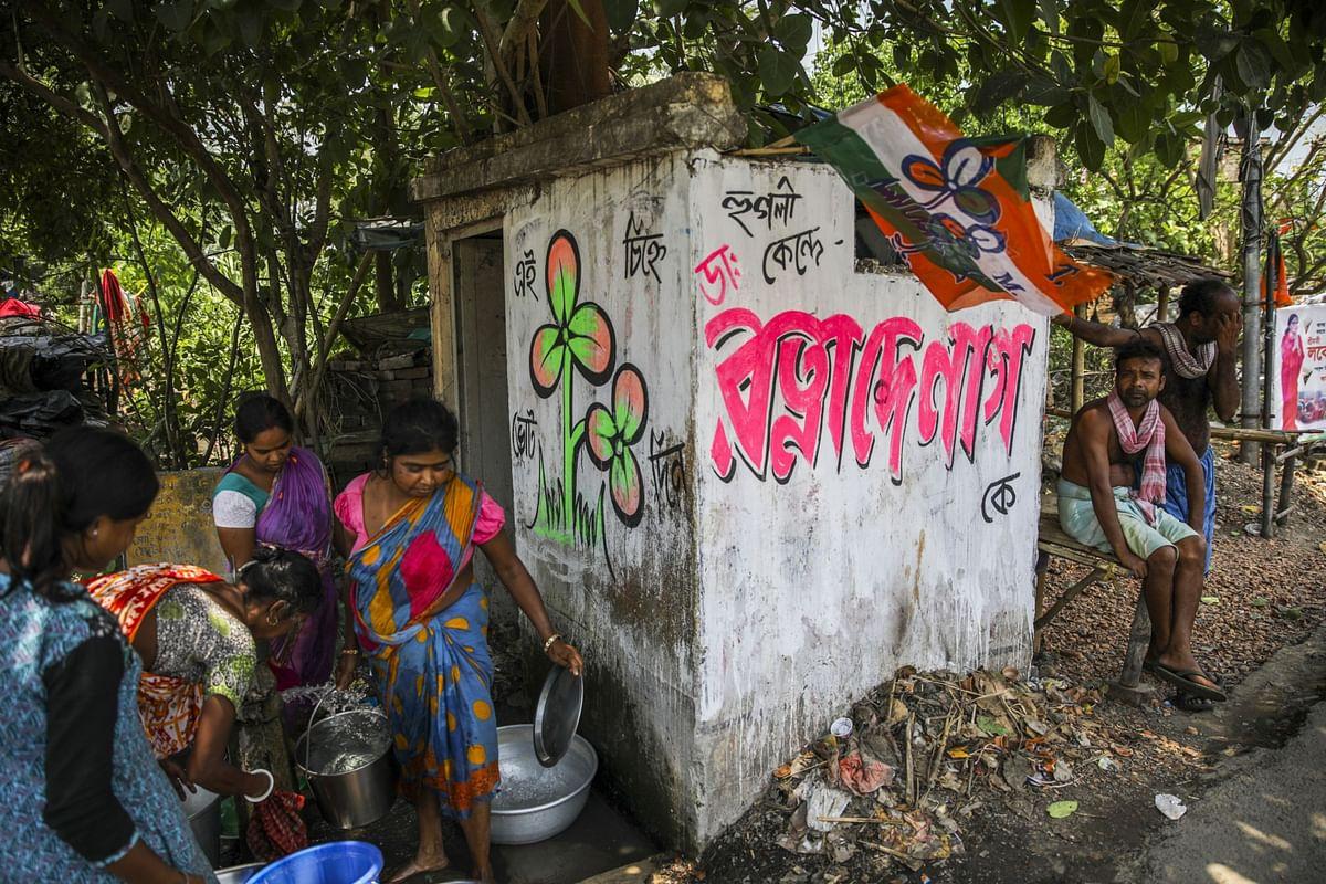 Women gather water in Singur, West Bengal, on April 30, 2019. (Photographer: Prashanth Vishwanathan/Bloomberg)
