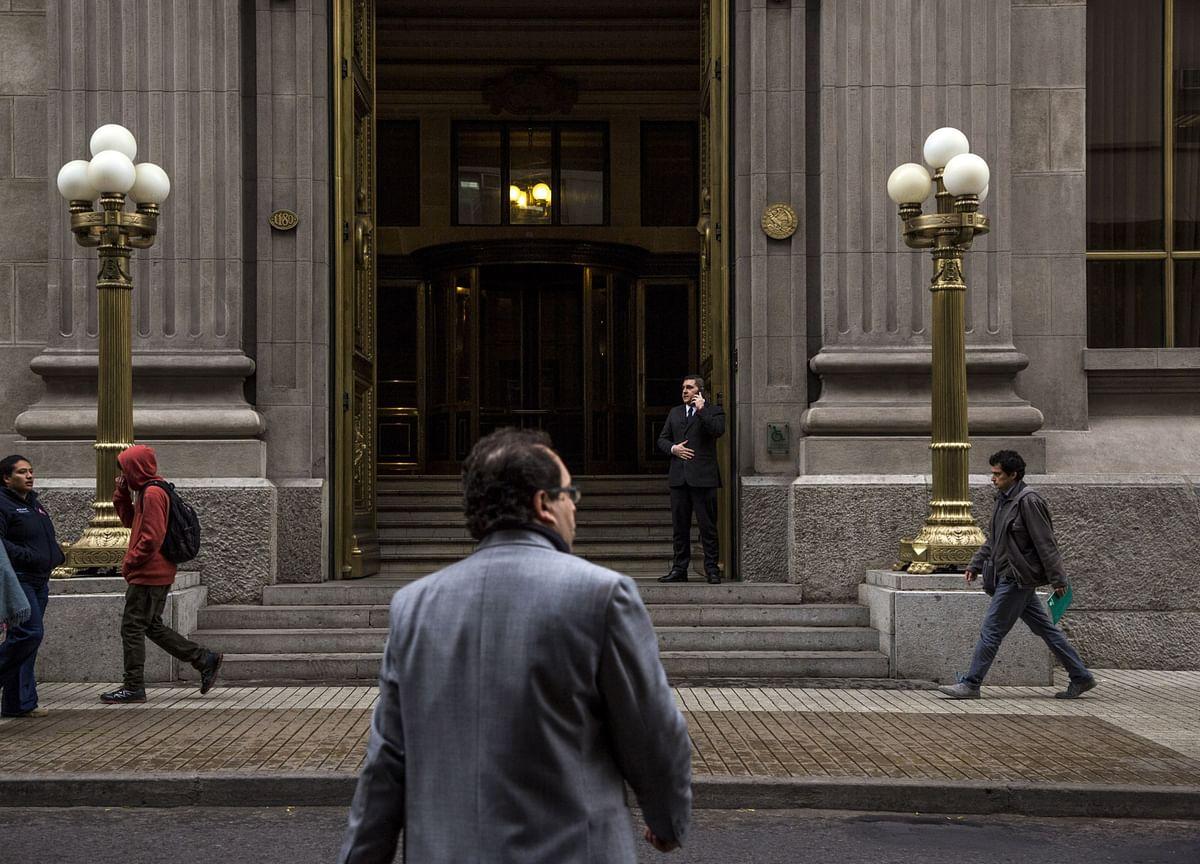 Chile Holds Key Rate Near Zero to Stem Worst Slump Since 80s