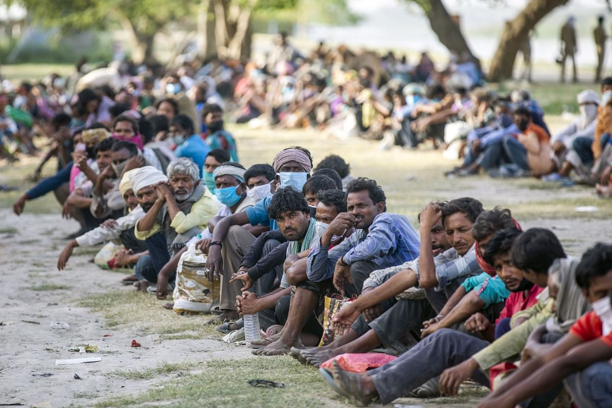 People wait in lines on the banks of Yamuna  to be transferred to a shelter in New Delhi, on April 15, 2020. (Photographer: Prashanth Vishwanathan/Bloomberg)