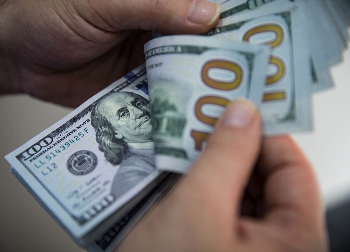 Dollar Sends Warning That U.S. Is Losing Its Grip on the Virus