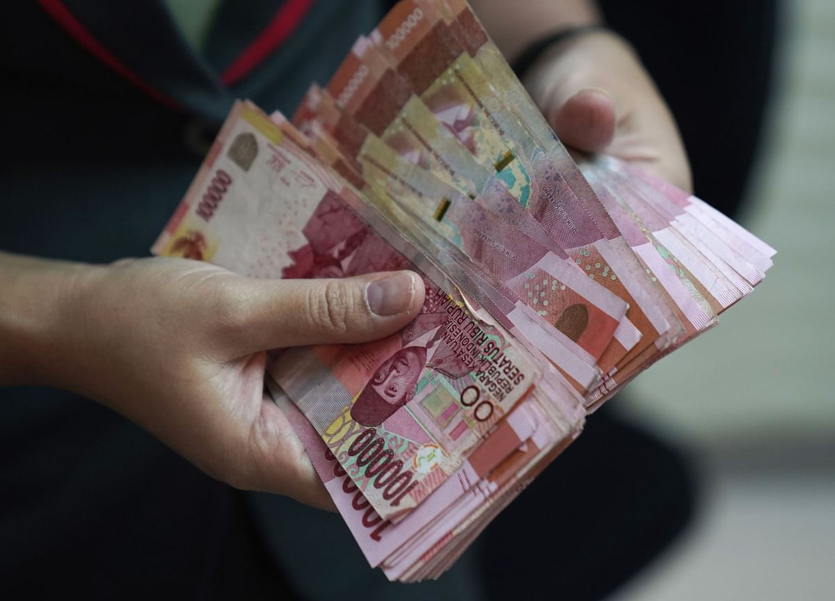 Asia's Worst Currency Is Diverging From the Local Bond Market