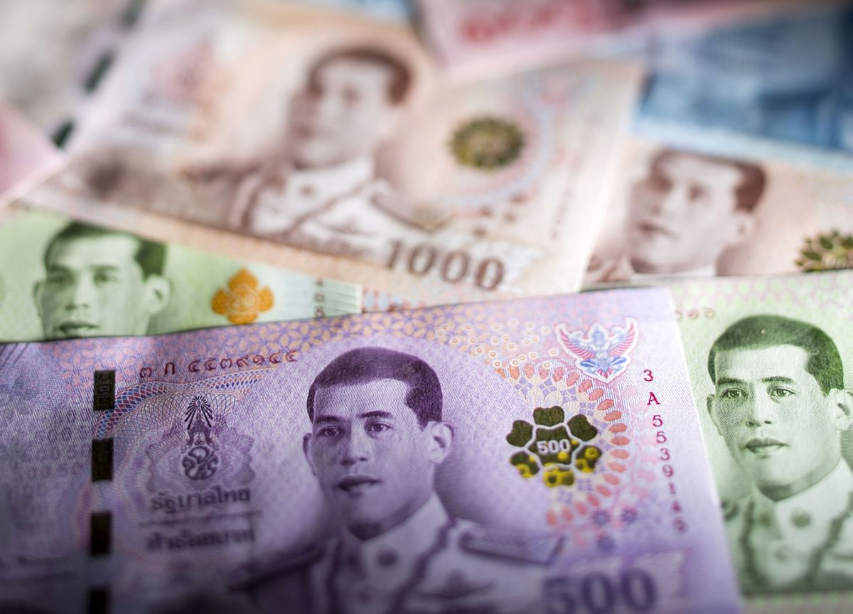 Thai Baht at Crossroads as Economy Seen Bottoming Out This Year