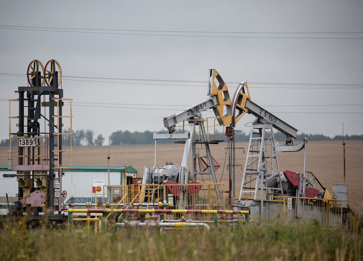 Oil Reaches One-Week High on Stimulus Talk as Virus Fears Linger