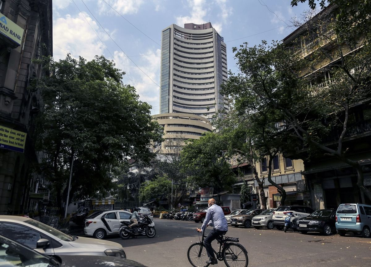 Sensex, Nifty End Lower; Banks Offset Gains In I.T. Stocks