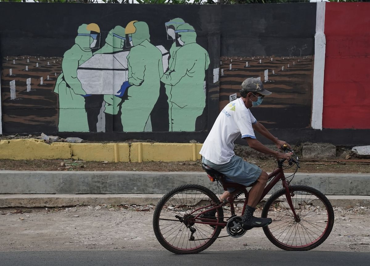 Indonesia Sees Economy Contracting for First Time Since 1998