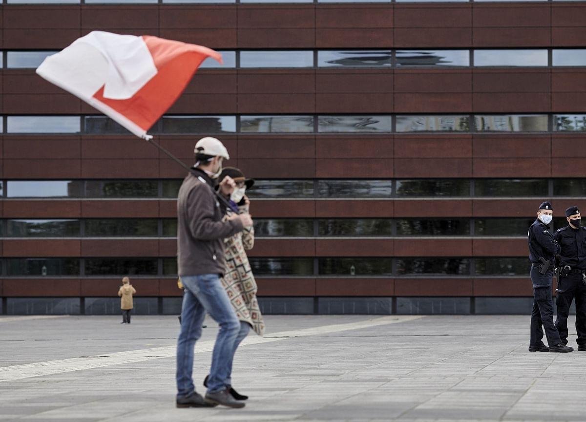 Poland's Covid-Immunity Plan Stumbles Amid Coalition Wrangling