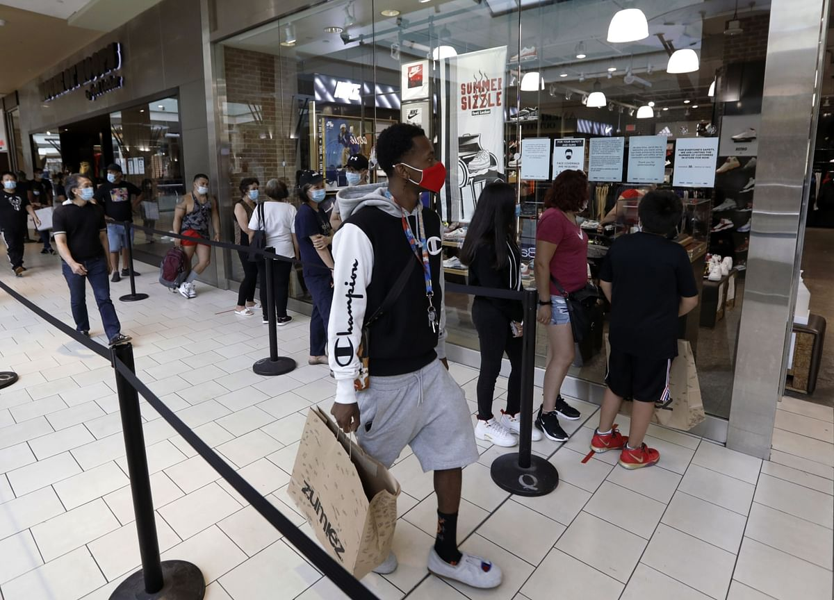 U.S. Retail Sales Tumble in Sign Economic Rebound Is Sputtering