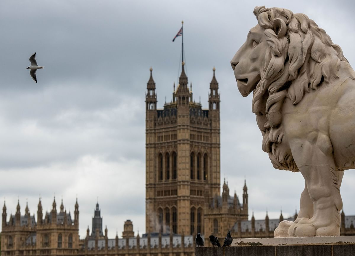 Johnson Sticks to U.K. Virus Plan Despite Calls for Lockdown