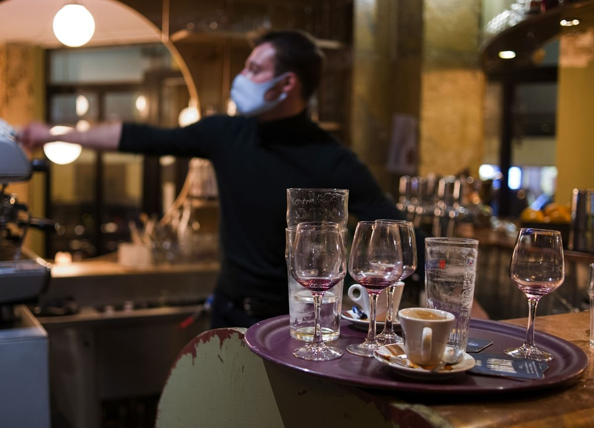 France to Close Paris Bars as Covid-19 Cases Spike, AFP Says