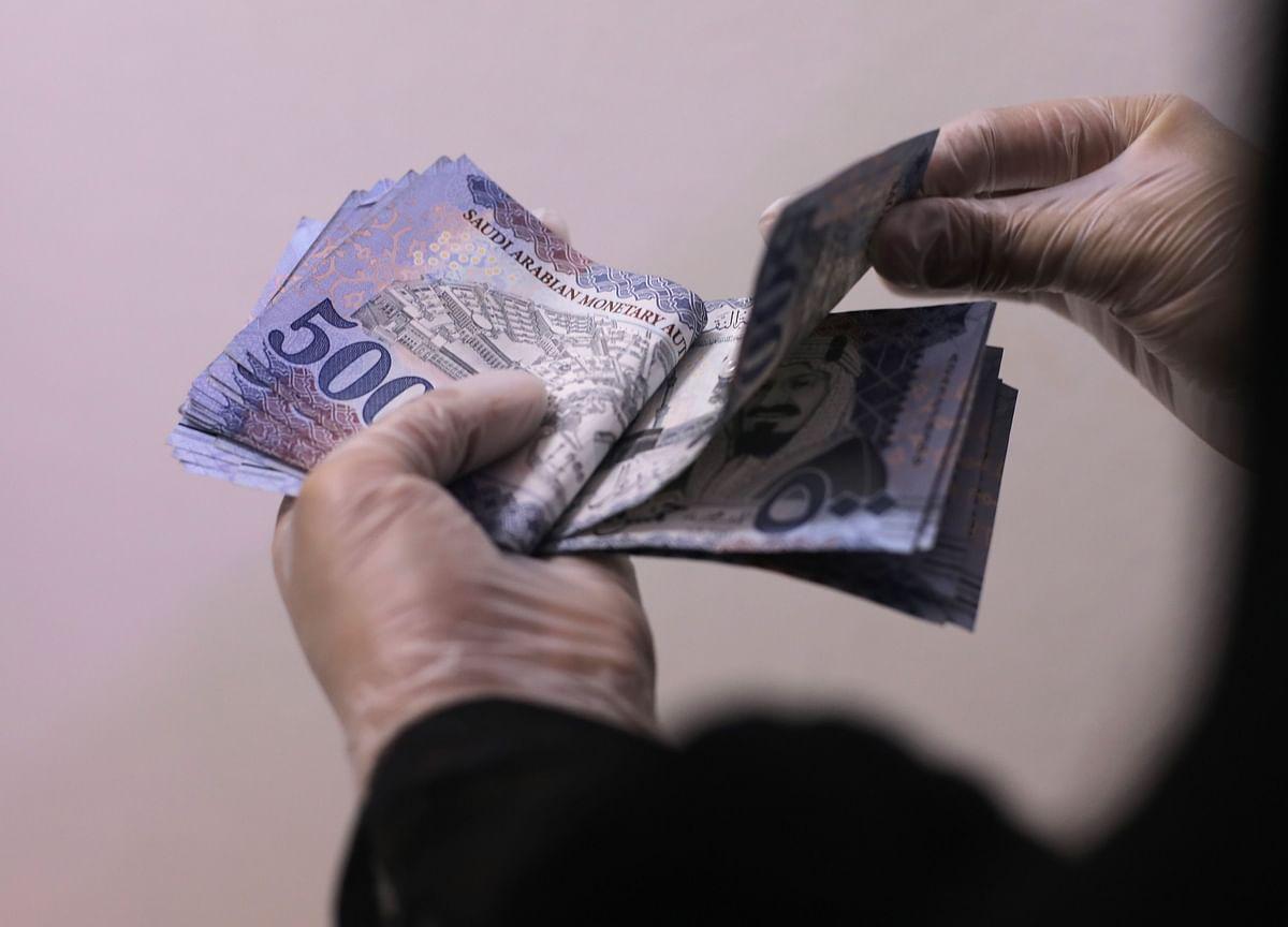 Saudi Arabia Raises Minimum Wage for Citizens by 33%