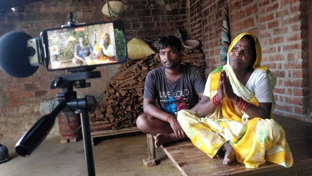 Construction worker Nandlal with his mother in Bansa, Uttar Pradesh. (Photograph: Abner Manzar)