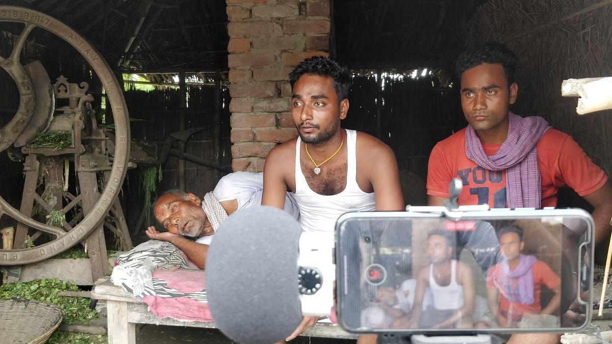 Brothers Raj (in vest) and Rajan Kumar from Ganauli, Bihar. (Photograph: Abner Manzar)
