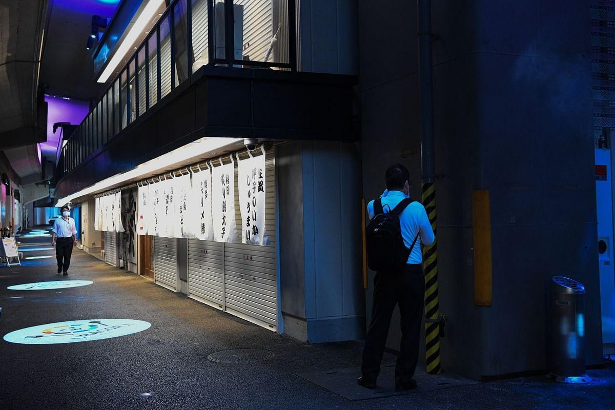 Izakaya bars remained shuttered in the Shimbashi district of Tokyo on May 29. Photographer: Noriko Hayashi/Bloomberg