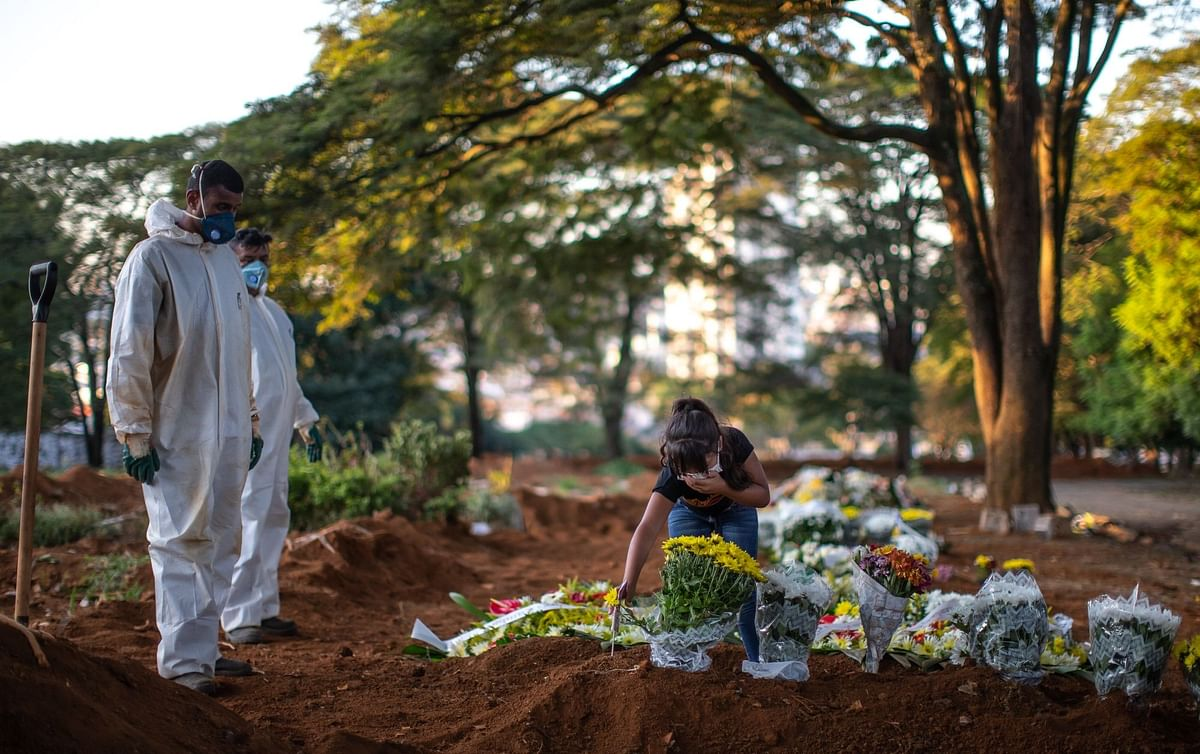 A woman mourns at the Vila Formosa cemetery in São Paulo on April 29. Photographer: Jonne Roriz/Bloomberg
