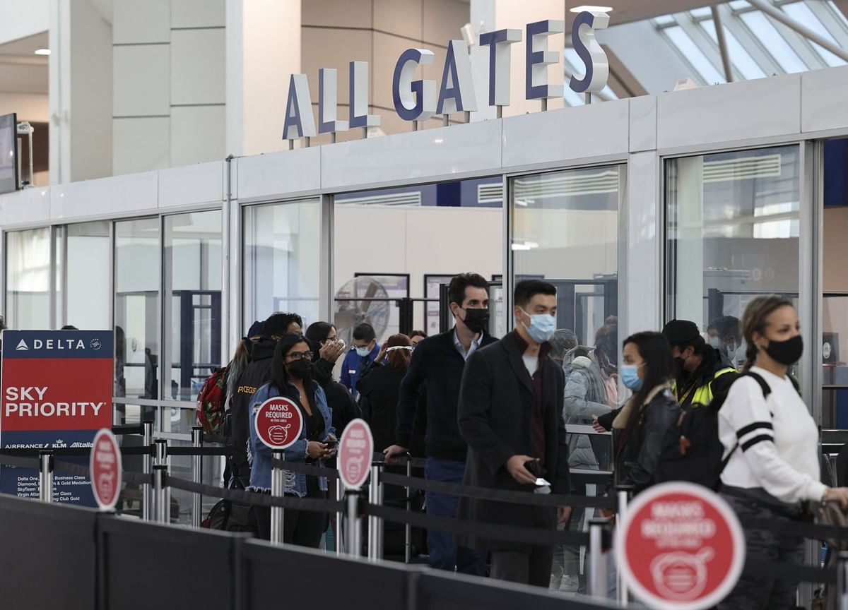 Holiday Surge Prompts New High for Pandemic Air Travel in U.S.