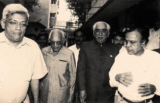 Deepak Parekh (left) and Murli Deora (right) with Jaswant Singh. (Photograph: Milind Deora/Twitter)