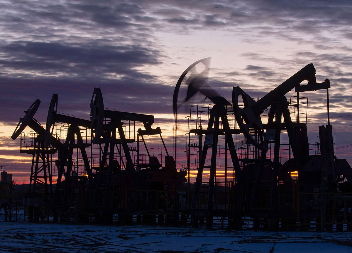 Oil Slumps on Dollar Strength and Cooling Consumer Sentiment