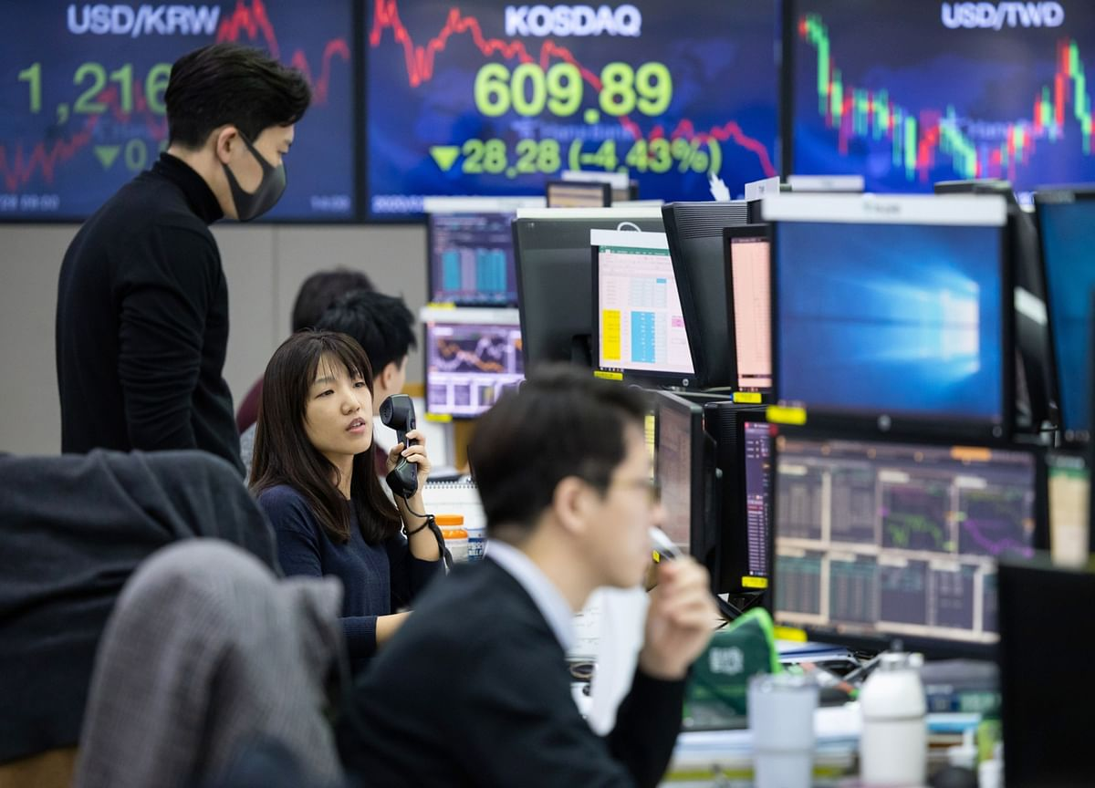 U.S. Stocks Decline as Oil Tumbles, Bonds Advance: Markets Wrap